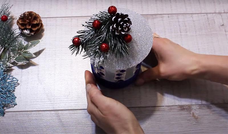Колпак фонарика украсьте новогодней игрушкой, веточкой хвои и бусинами