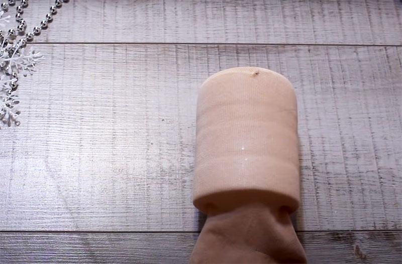 Обтяните бутылку капроновым или трикотажным носочком телесного цвета