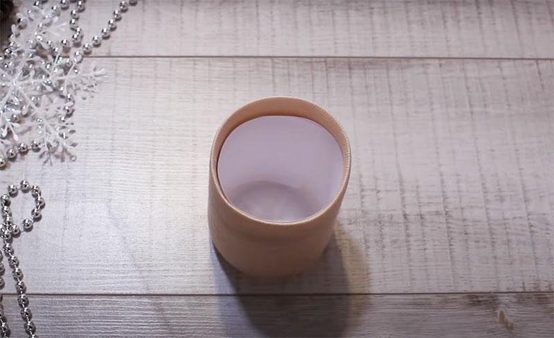 Обрезанные края носочка нужно подклеить внутри бутылки и потом вложить вкладыш-полоску из бумаги, чтобы скрыть места склейки
