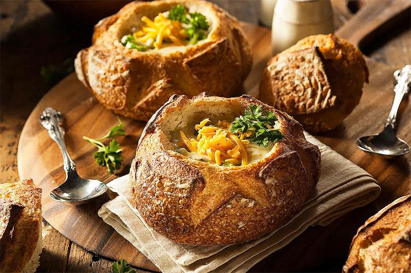 Такой тарой может стать обычный хлеб. Испеките его самостоятельно или купите готовый. Хлеб долго не остынет, и гости смогут наслаждаться вашими кулинарными способностями прямо с хлебом вприкуску