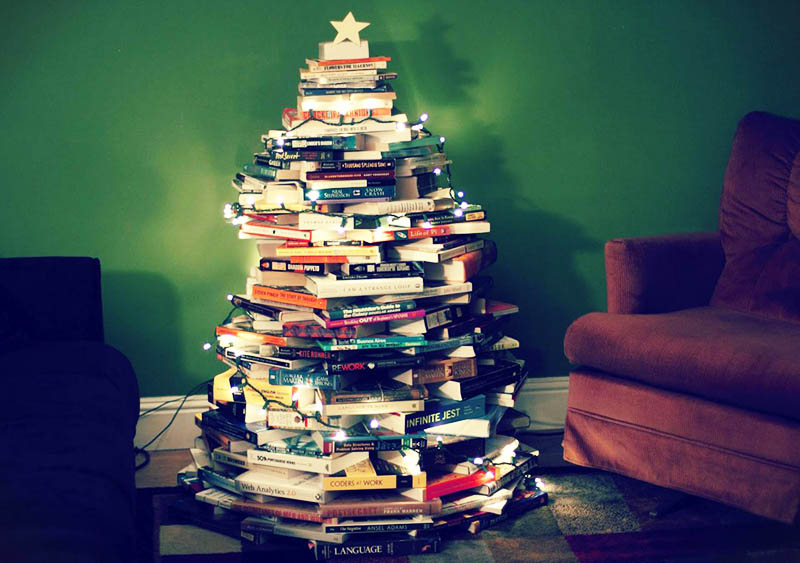 Сложите книги в пирамиду и набросьте гирлянду: ёлка интеллектуала готова