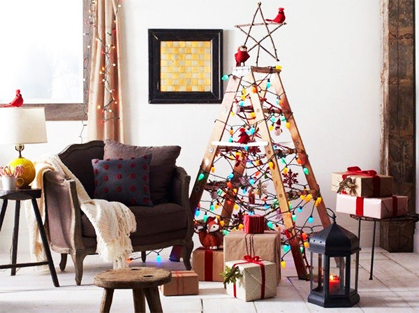 Самая обычная стремянка на вашей даче может стать креативной новогодней инсталляцией