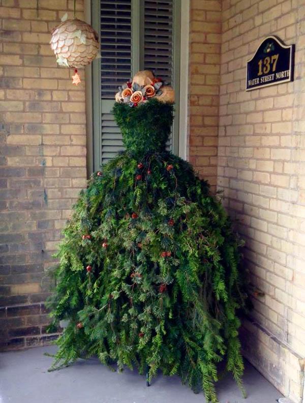 Новогодняя ёлка может стать одновременно и выходным платьем, если конечно использовать чехол, который не даст иголкам исколоть вас до наступления полуночи