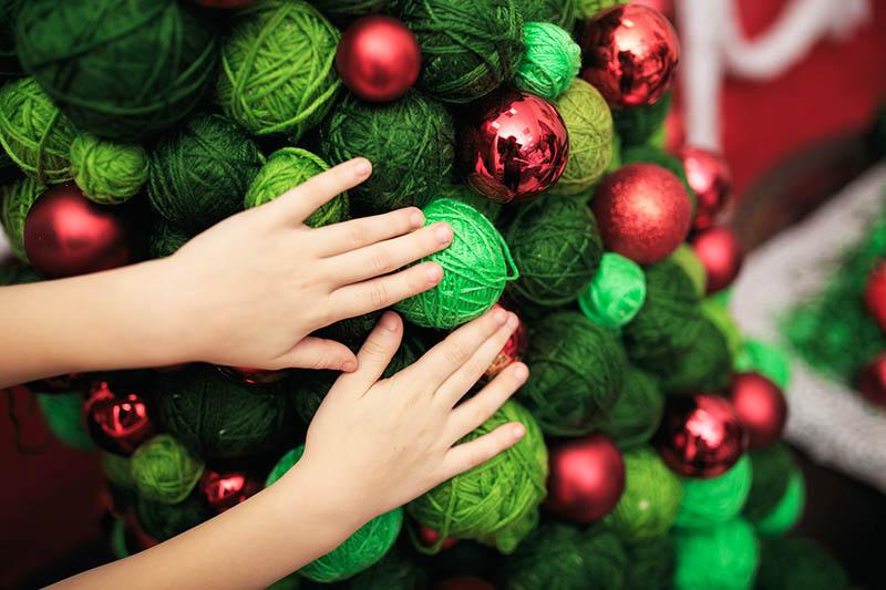 Если вы любите вязать долгими зимними вечерами, соберите все свои запасы ниток для новогоднего декора, это будет очень необычно