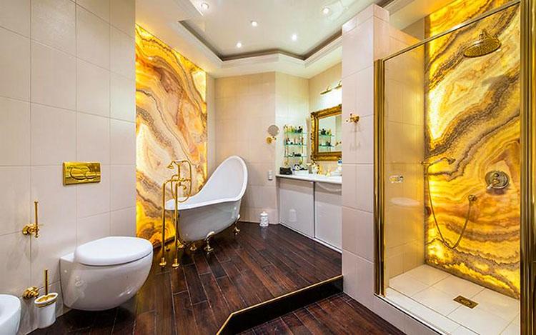 В ванной комнате установили изящную чашу на ножках в виде звериных лап и просторную душевую кабинку