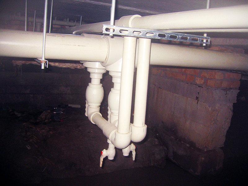 Воздух можно стравить из общедомовой системы в подвале