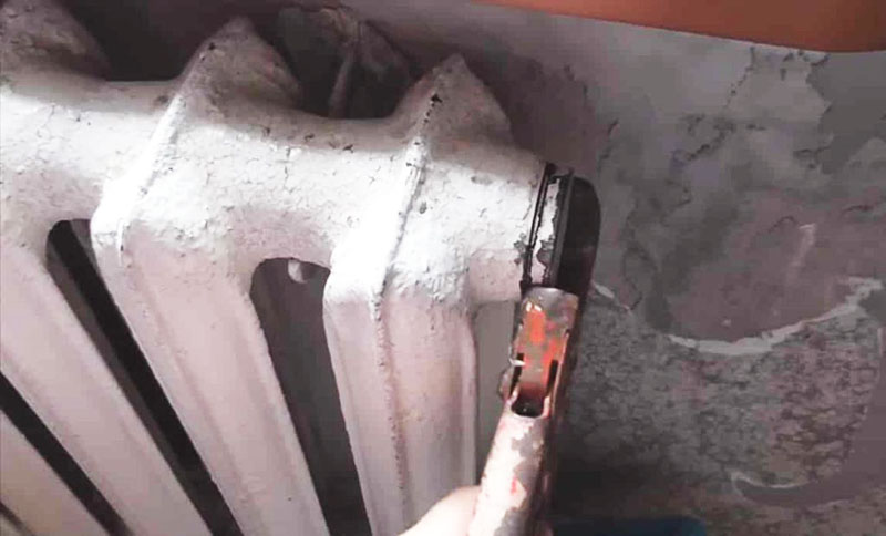 Развоздушивание путём откручивания заглушки на чугунной батарее