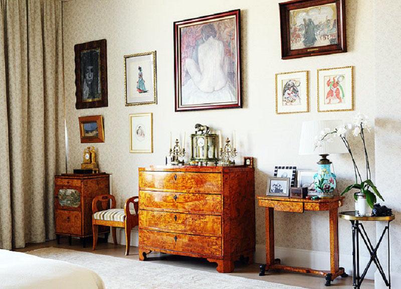 Для украшения окна в гостиной выбрали ткань, принт которой идеально повторяет рисунок на обоях
