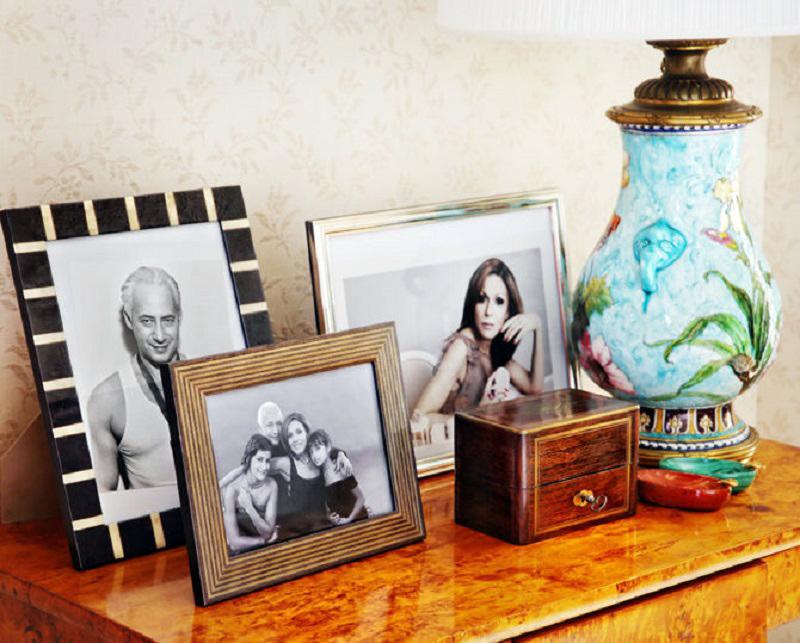 Супруги разместили в гостиной самые любимые семейные фото, помещённые в изящные рамки