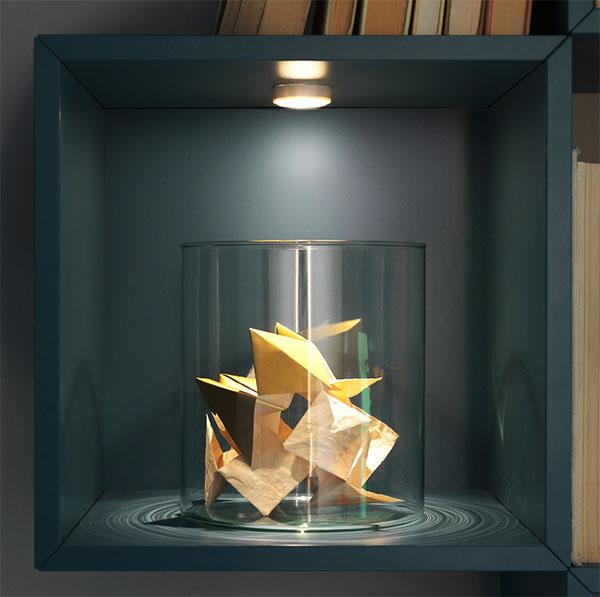 Если поставить такой софит на полку со стеклянными дверцами, освещение получится атмосферным