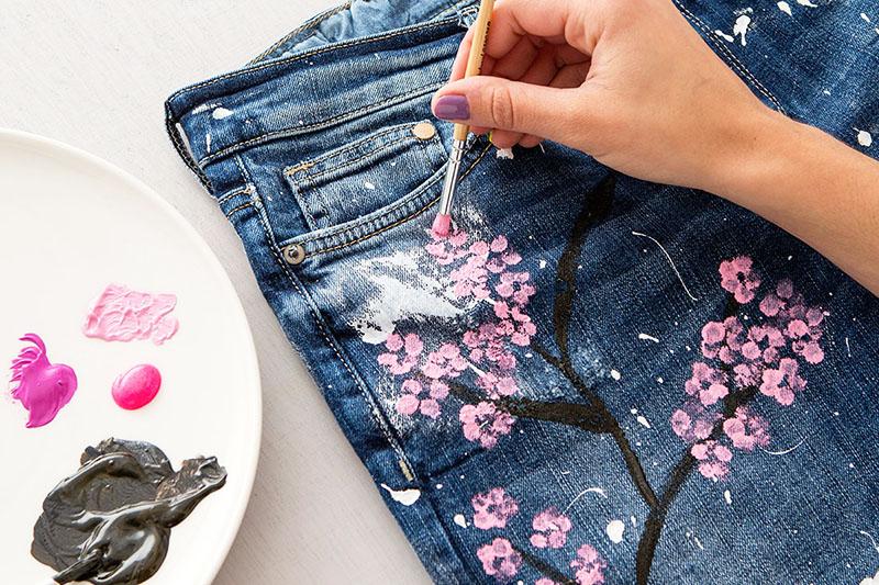 В умелых руках копеечные джинсы превращаются в шедевр и значительно повышаются в цене