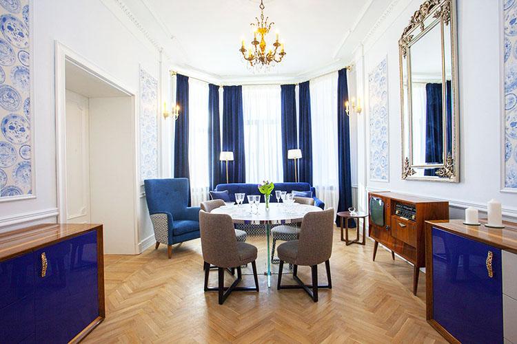 Интерьер гостиной выполнили в классическом стиле с элементами торжественности