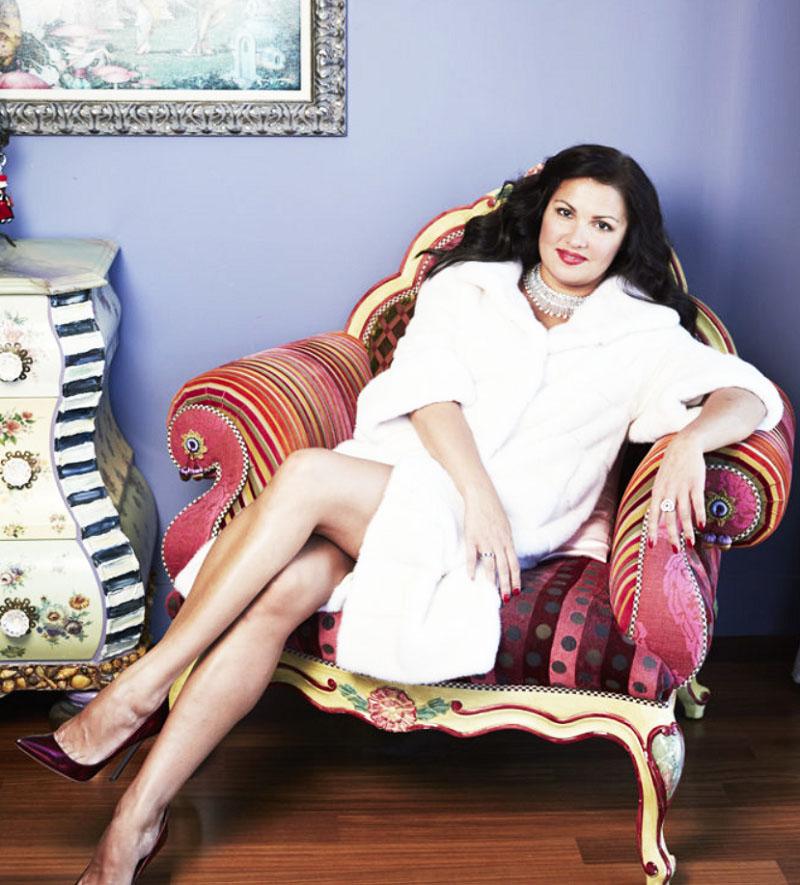 Для гостиной Анна нашла уникальное царское кресло на фигурных ножках, обитое красочным бархатом