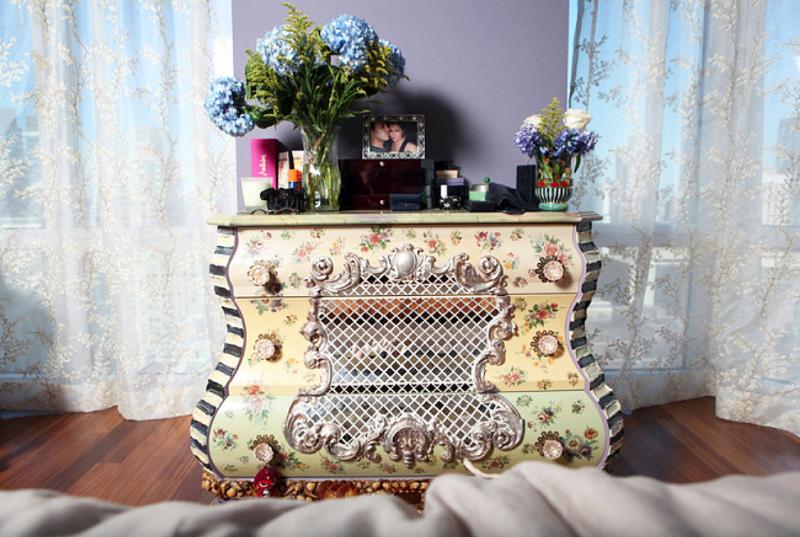 Столешницу комода украшают роскошные цветочные композиции и семейные снимки