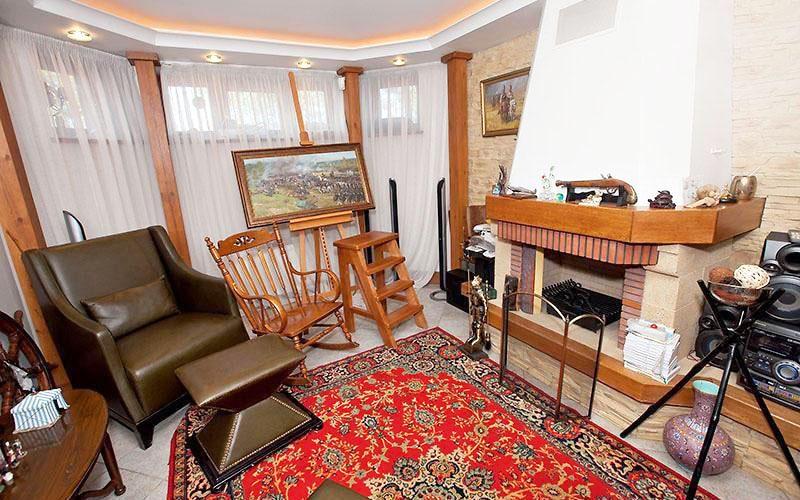 По центру мастерской лежит классический ковёр с традиционными цветочными узорами