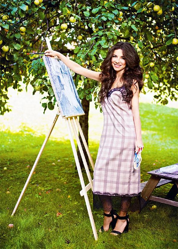 Со временем на просторной приусадебной территории вырос яблоневый сад, в котором Анна в свободное время пишет картины