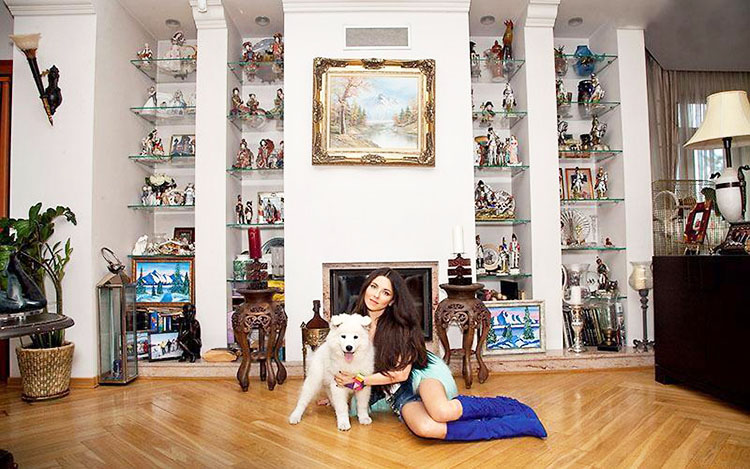 В нише гостиной на стеклянных полочках с подсветкой Анна разместила роскошную коллекцию фарфоровых кукол, которые уже много лет ей дарит тайный поклонник