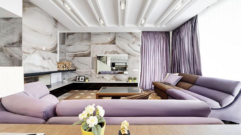 Кафель на стенах гостиной имитирует натуральный мрамор