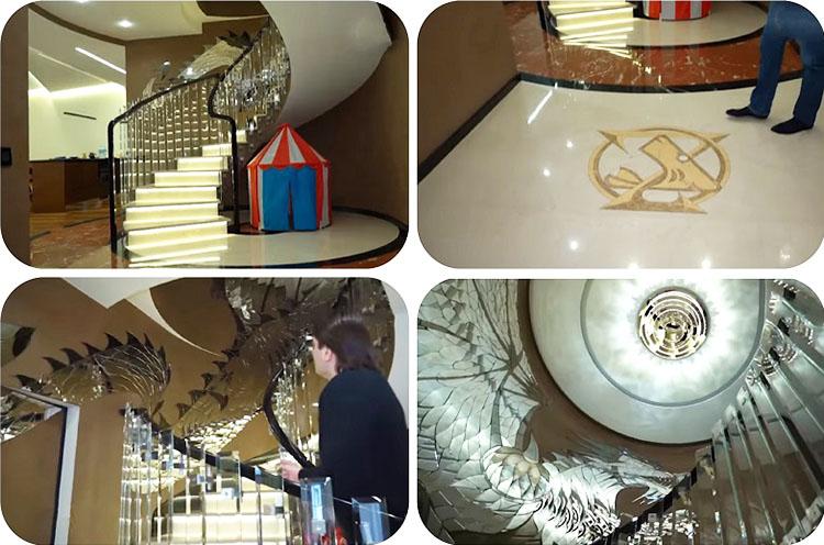 Ступени лестницы подсвечены светодиодной лентой, благодаря которой конструкция кажется парящей в воздухе