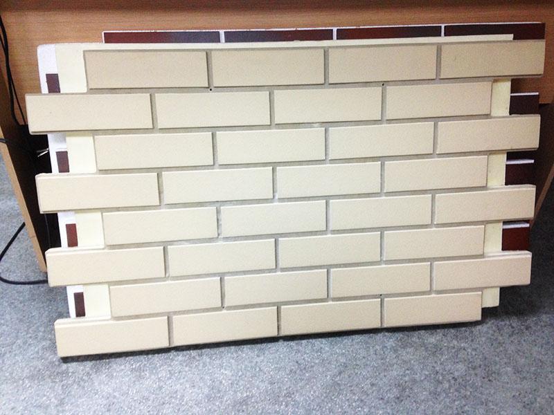 Керамическая или керамогранитная плитка, которая имитирует кирпичную или каменную кладку и тоже отлично защищает фасад