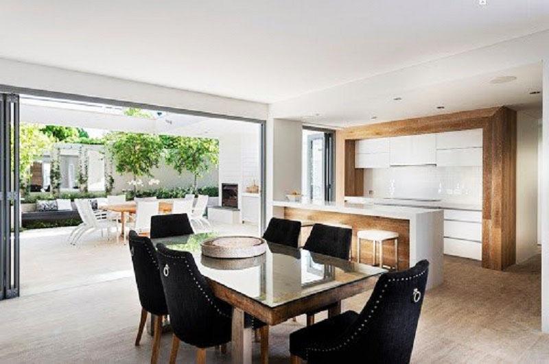 В обеденной золе стоят удобные кресла, обитые чёрным велюром, и небольшой стол из массива со стеклянной столешницей