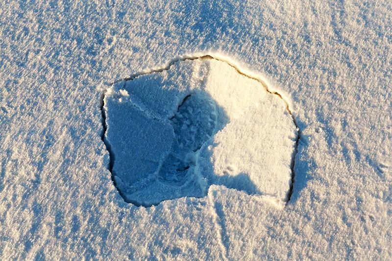Отверстие в ледяной корке