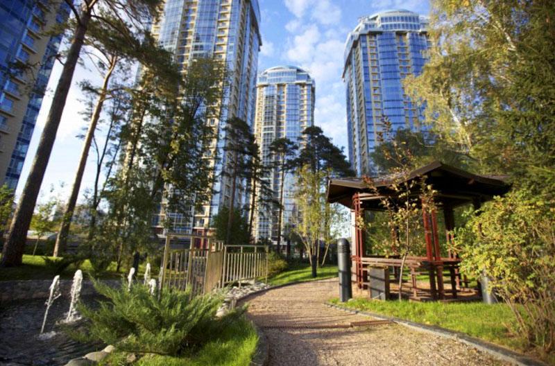 На территории организованы комфортные места для отдыха под кронами деревьев