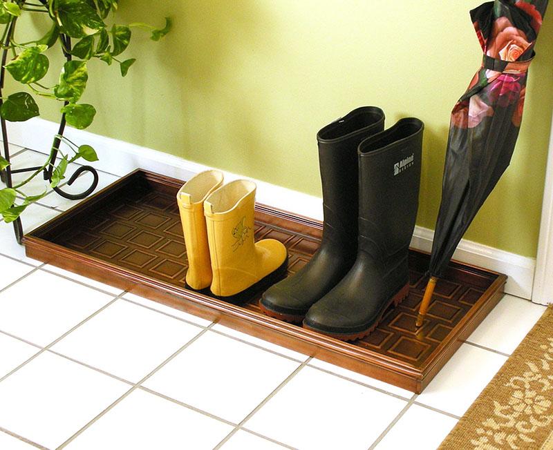 Самый удобный для уборки вариант – пластиковый поддон. Мыть его несложно, а если обувь мокрая, то лужа не растечётся по всему полу
