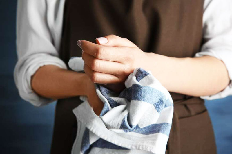 А вот кухонные полотенца вряд ли кто-то выбрасывает каждую неделю – это слишком накладно. Можно, конечно, пользоваться одноразовыми, но это не всем нравится