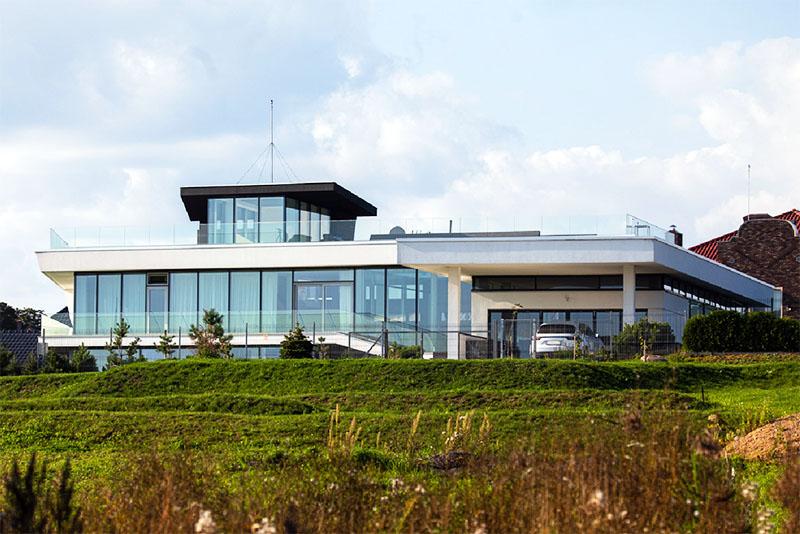 Дом расположен на возвышенности, благодаря которой из окон открывается невероятный вид на береговую территорию и Минское море