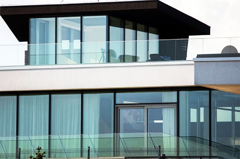 В качестве ограждения террасы второго этажа использовали высокопрочное стекло