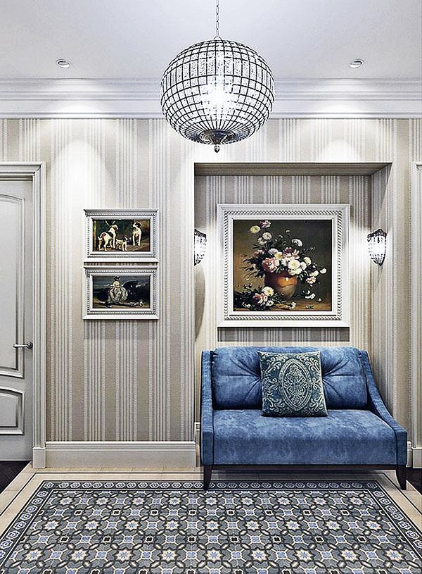 На полу в просторном холле выложили ковровый узор из мрамора, для стен выбрали обои с классической вертикальной полоской