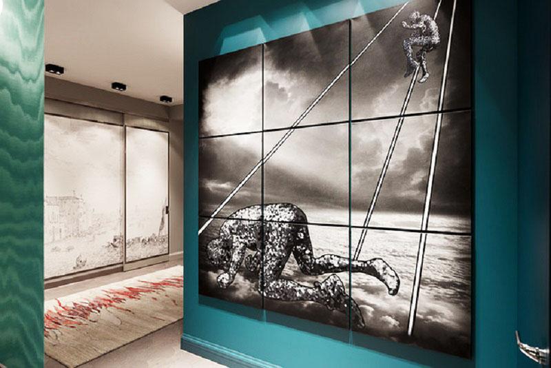 Оригинальное чёрно-белое панно кисти Владимира Кустова выглядит динамично на фоне бирюзовой стены