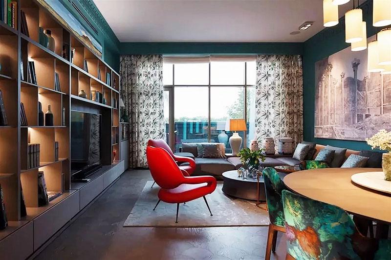 Гостиная уходит вглубь квартиры, поэтому даже панорамных окон недостаточно