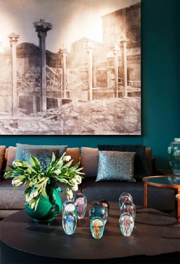 Журнальный столик украшает изящная ваза, оформленная в общей стилистике интерьера