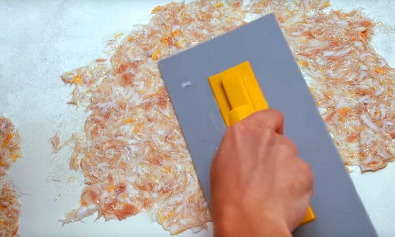 Через 2–3 часа в неё следует добавить акриловую штукатурку или гипс – и можно наносить на стены. Но гипс быстро схватывается, так что работать нужно быстро