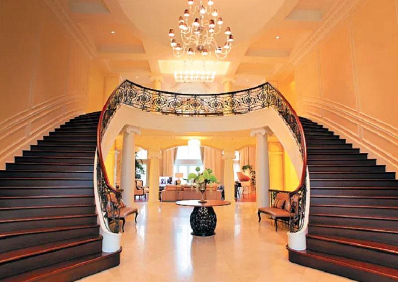 Под лестницами установлены небольшие диванчики, обитые натуральной кожей
