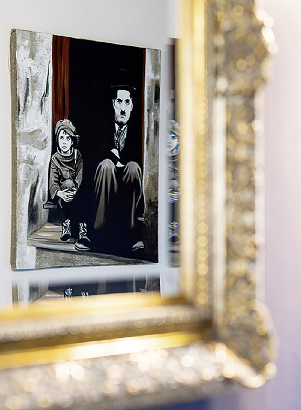 В холле напротив зеркала повесили карандашный набросок с изображением Чарли Чаплина