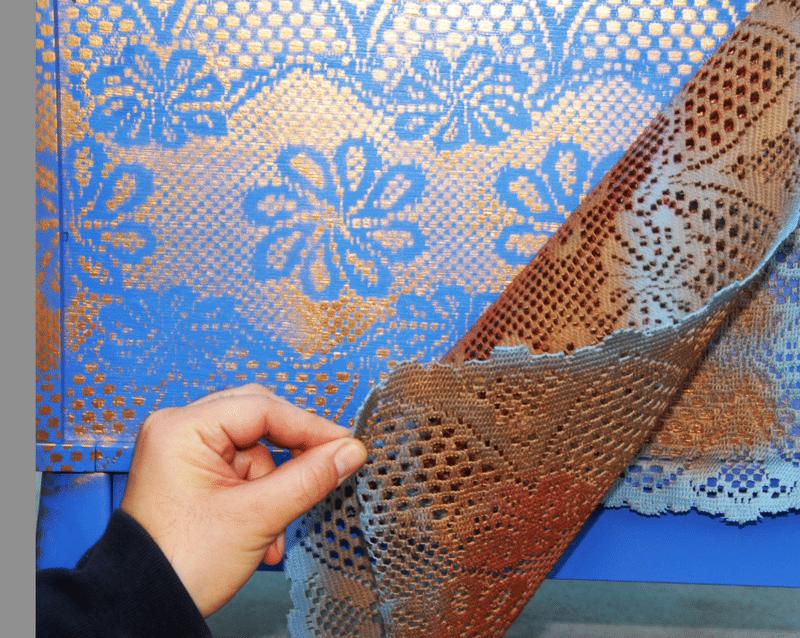 Кстати, кружевное полотно – отличная идея для нанесения рисунка. Используйте старые занавески для того, чтобы создать неповторимый узор на стене