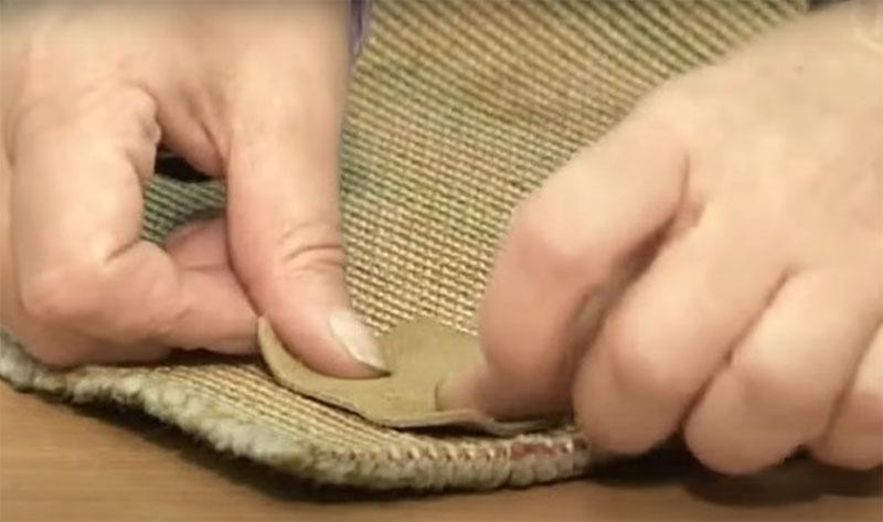 После плотно прижмите латку с внутренней части ковролина и подержите некоторое время или поставьте на это место какой-то плоский груз