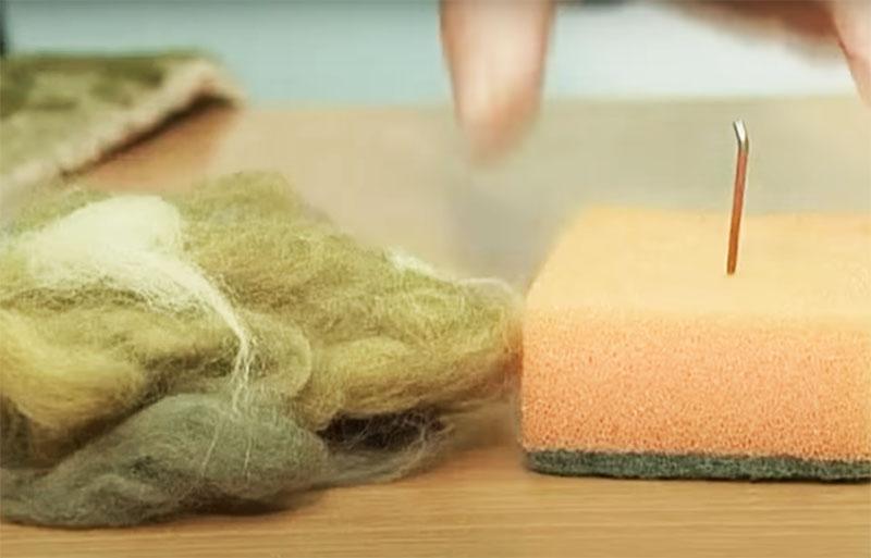 Вам потребуется поролоновая губка для того, чтобы привалять шерсть к месту повреждения ковра