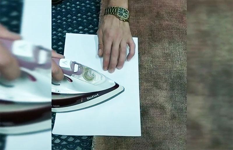 Ленту наклеивают с обратной стороны и проглаживают через бумагу горячим утюгом