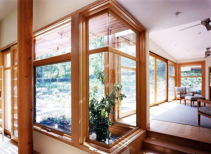 Периодичность процедуры напрямую зависит от расположения вашего жилья. Чем больше уличной пыли за окном – тем чаще придётся обновлять смазку. Для загородного дома достаточно одной процедуры в год, для городской квартиры – как минимум двух