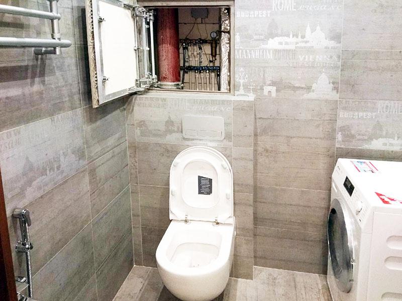 Ваша задача будет намного легче, если разводка и стояк в санузле находятся вдоль одной стены: потребуется всего один короб, который не займёт много места
