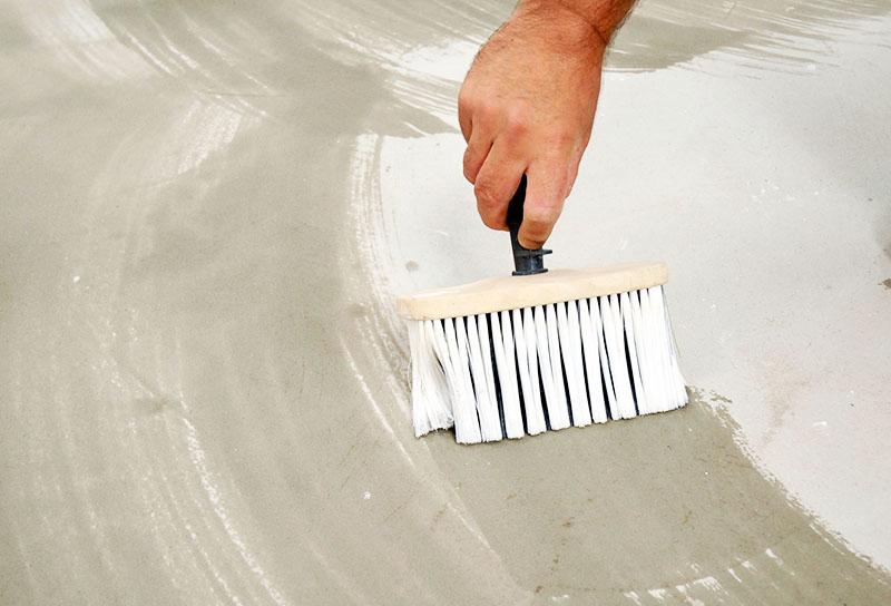 Пыль и грязь после шлифовки тщательно убирается, а поверхность обязательно грунтуется для лучшего сцепления с клеевым составом