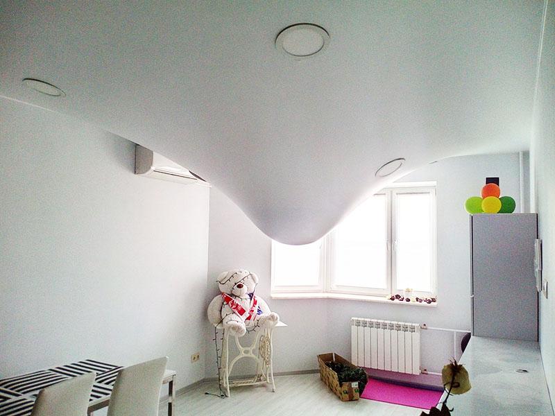 Натяжные потолки можно крепить на любой вид перекрытий, они не пропускают воду, так что в случае диверсии со стороны соседей сверху они могут вас буквально спасти