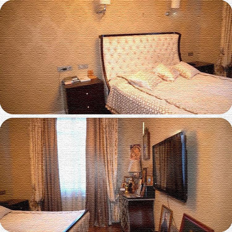 Для оформления окна выбрали портьеры с золотым принтом и однотонные шторы с эффектным блеском