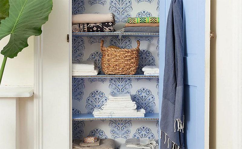 Если оклеить обоями заднюю стенку шкафа, получится очень интересный эффект. Главное – остальную окраску стенок подобрать в тон или контрастным цветом