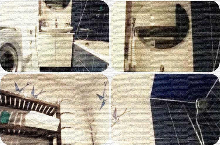 Для потолка ванной комнаты выбрали комбинированное глянцевое бело-синее полотно