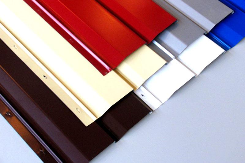 В целях экономии можно выбрать для балкона стальной сайдинг с антикоррозионным покрытием или оцинковкой
